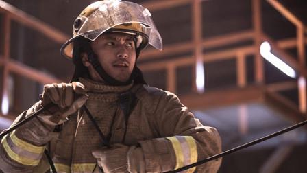 向消防队员致敬,赴汤蹈火的平凡人,盼望英雄能活着回来