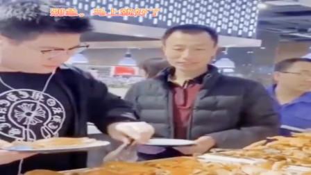 香港小伙吃自助餐拿螃蟹的操作,身后的男子表情亮了