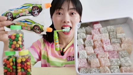 """美食开箱:小姐姐吃""""方块水果糖"""",椰蓉满身软糯拉丝,甜蜜暴击"""