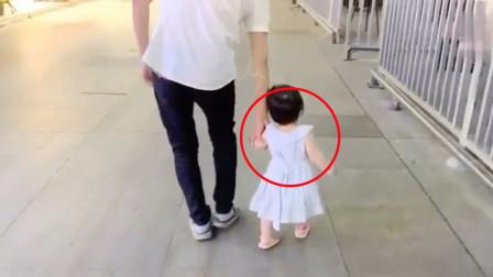 宝宝在大街上发脾气,不让爸爸牵手,网友:像极了正在生气的女友