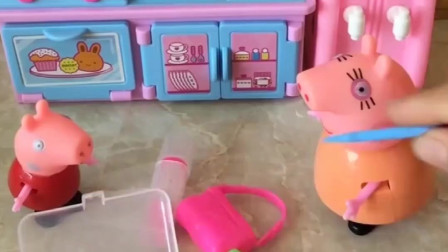 猪妈妈去聚会,佩琪给猪妈妈化了好看的妆,佩琪好能干呀!