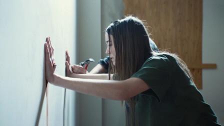 恐怖片猛!女孩误入变态社区,双手被钉在墙上,遭受各种折磨