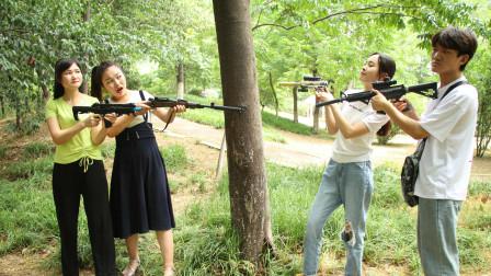 """搞笑吃鸡:枪王遇险,队友拿出""""激光小手枪"""""""