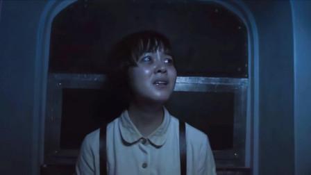 小女孩爬进飞机驾驶舱,却看到机窗外密密麻麻,全是人的影子