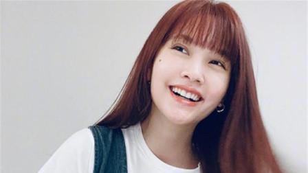 杨丞琳晒自拍皮肤白皙水嫩 棕色卷发可爱俏皮很少女