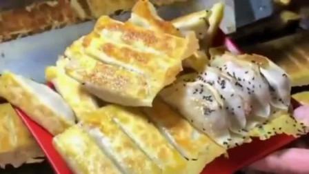广东街头的北方传统小吃锅贴饺子,其外皮焦香酥脆,馅料鲜嫩多汁,这也太香了吧!