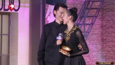 舞者:金星请美女的老公上场,一登场就搂腰亲了一口,这狗粮太甜
