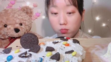泰国学生妹品尝的奶油冰淇淋,这卖相,看着跟蛋糕似的