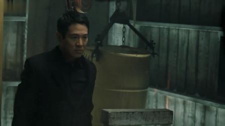 李连杰和硬汉正面对刚,大锤对铁锹上演暴力美学