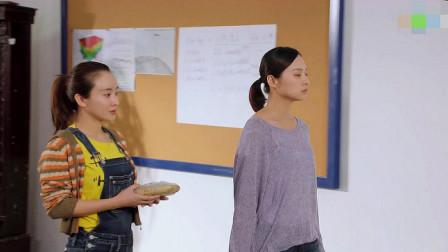 男子询问学生的成绩,学生说出自己的想法,老师向他们解释
