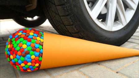 减压实验:牛人把气球、巧克力豆、史莱姆放在车轮下,好减压,勿模仿
