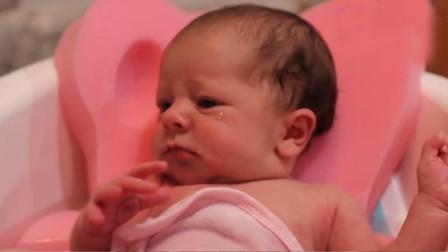 新生宝宝第一次洗澡,全程竟换了三十多个表情,网友:戏太足了吧