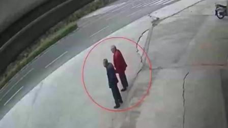 广西两位老人正在马路旁聊天,突然祸从天降,监控拍下生前5秒画面