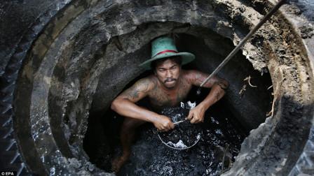 世界上最脏的工作,印度下水道清洁工!网友:给100万都不去