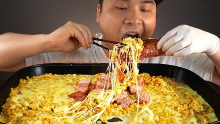 """韩国donkey吃播:""""熏制五花肉+芝士玉米"""",听这咀嚼音,吃货小哥吃得真馋人"""