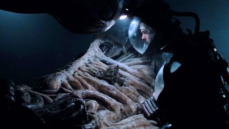科学家去外太空探索,发现一具动物骸骨,不料下面还藏着怪物