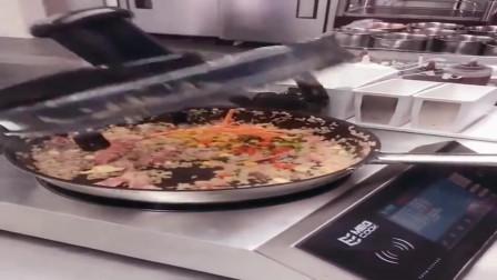 美国这家餐厅的机器人会炒饭, 看看炒的怎么样?