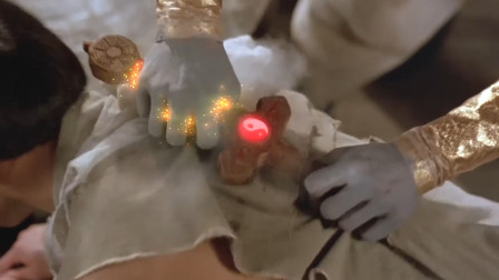 僵尸摸到了尚方宝剑,被法力烧得手都冒烟了,太高能了!