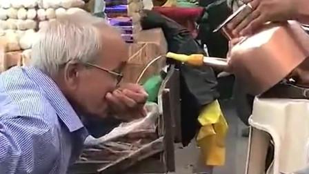 印度是不会生产杯子吗,看到印度人喝水,我下巴都掉地上了!