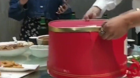 广东朋友过生日,这是我见过的最奇葩的生日蛋糕了,不知是谁那么有创意?