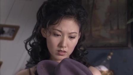 美女在家穿衣太随意,身上只有一件睡衣,怎料帅哥竟在对面偷看!