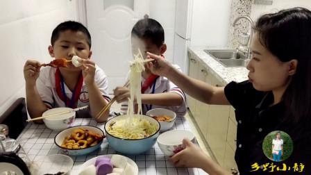 单亲妈妈有两个儿子陪着,虽辛苦但很幸福,奶油馒头烩酸菜真美味