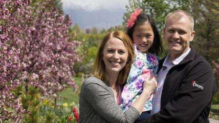 无臂女孩被中国父母抛弃,2岁时被美国夫妇领养,如今被宠成天使