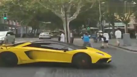 上海实拍:兰博基尼起步太猛,差点就撞上外卖小伙,估计车主也吓到了
