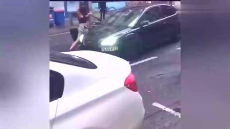实拍:路怒症!女子用鞋砸汽车,司机开车直接撞。