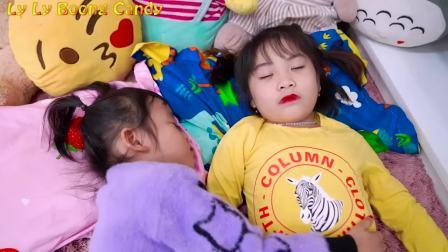 国外儿童时尚,萌宝和姐姐一觉醒来给妈妈准备生日派对,打气球准备蛋糕水果