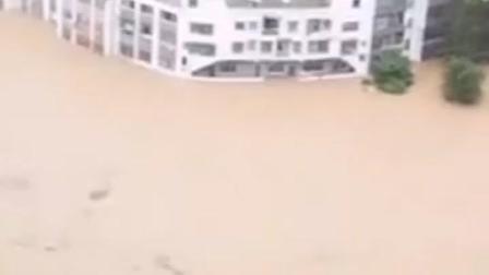 贵州桐梓县木瓜镇,强降雨导致房屋被淹,救援正在进行中