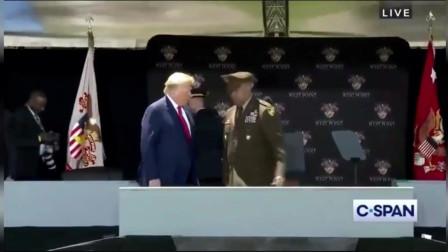 """特朗普在西点军校小心翼翼走下台,假媒体都在盼他""""摔跤rrchenxir"""