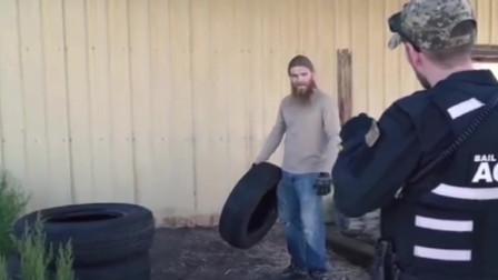 实拍:美国赏金猎人遇到修车工罪犯,居然抱着轮胎反抗