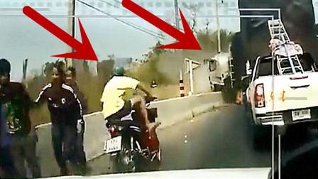 骑摩托车男子发现不对劲,抛下车子就往桥下跳!