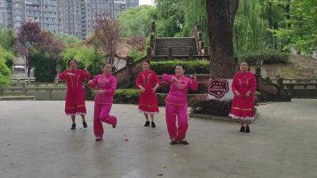 小亲舞生活 开心舞之梦广场舞蹈队-小亲姐姐舞步轻快,整齐养眼