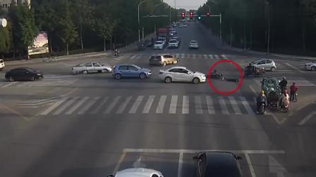 十字路口监控:电动车上路太任性,正常直行又突然拐弯,结果被轿车狠狠撞上了!
