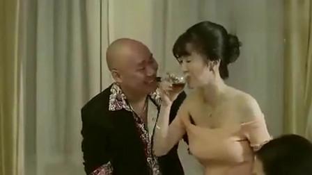 男女互换身体,变成美女后遭人调戏,终于体验了女人的困扰!