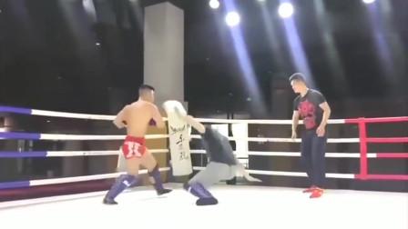 武术:八卦掌对阵散打,卦还没出来呢就被打趴下了