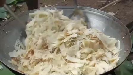 越南农村办酒席,用香蕉树干做美食,广东网友:树皮也能吃?