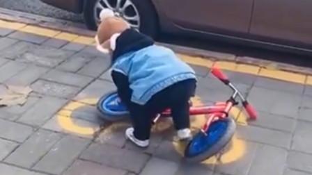 """3岁宝宝在路边""""按图停车"""",可怎么都对不齐,网友:看着都着急"""