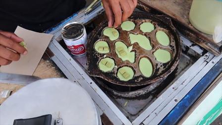 """印尼街头的爆款""""小蛋糕"""",不用烤箱现做现卖,搭配巧克力巨好吃"""