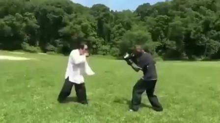 武术:八卦掌高手PK黑人拳击冠军,壮汉也只有被打晕的份!