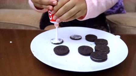 奶油夹心饼干被小萝莉换成了牙膏夹心饼干,这孩子也太调皮了吧