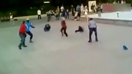 监控拍下几个人打架,武术动作利落 经验丰富,会点功夫不会吃亏
