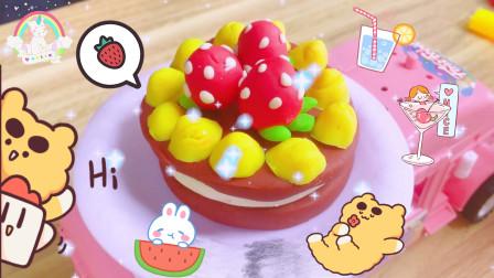 糖果车装着小花DIY的草莓蛋糕,全是奶油巧克力,好想一口吃掉啊