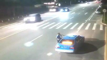 """广东惠州 :监控实拍""""光速""""机车党,撞上黑色轿车,小伙瞬间甩出画面!交警:双方都有责任!"""