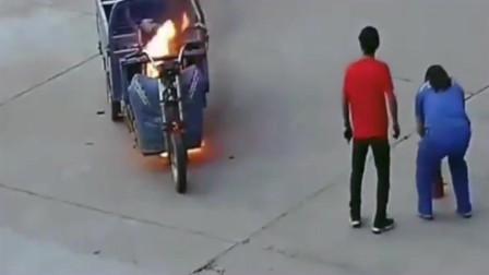 监控实拍:三轮突然着火,这兄弟想用嘴吹灭火