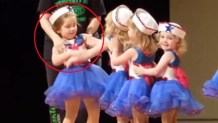 俄罗斯宝宝上台演出,却出现了舞台失误,台下父母竟集体尴尬微笑