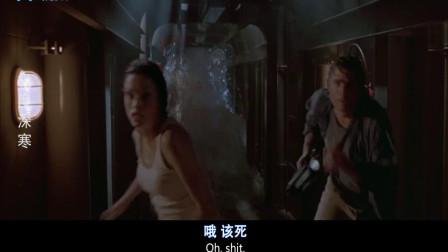 灾难片:小伙为了逃命,竟朝着同伴开枪,太没人性了!