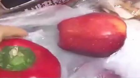 女子买了一袋蛇果,回家发现里面有红色灯笼椒